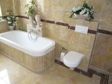 Großes Mamor-Badezimmer mit Wanne