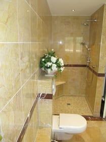 großzügige und ebenerdige Dusche