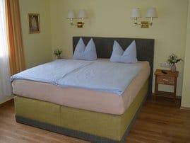 Das komfortabel eingerichtete Pensionszimmer ist mit einem großen Boxspringbett (Liegefläche 180 cm x 200 cm), einem Tisch, zwei Stuhlsessel und einem Fernseher mit SAT-Anschluß ausgestattet.