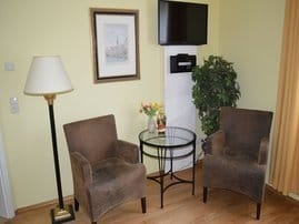 gemütliche Sitzecke und Leseecke mit Stuhlsessel und Tisch