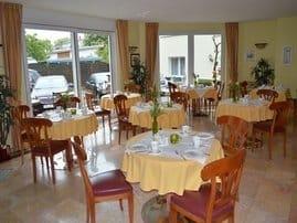 In unserem hellen Frühstücksraum laden wir Sie herzlichst zur ersten Mahlzeit des Tages ein.