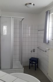 Bad Blick vom Waschbecken zur Dusche