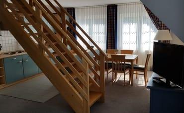 Blick zum Essplatz mit Treppe zum oberen Schlafraum