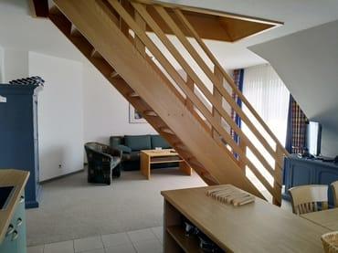 Blick aus der Küche auf Essplatz und Wohnbereich