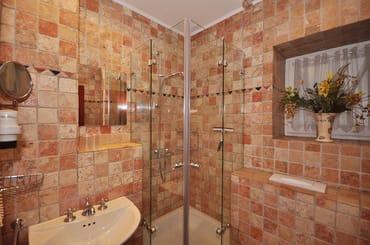 Das hochwertige, kleines Duschbad in Antikmarmor