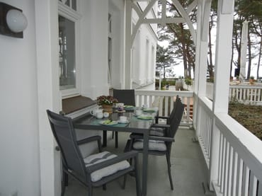 Auf dem ca. 10 m² großen, seitlichen, für vier Personen möblierten Balkon mit herrlichem Ostseeblick, können Sie bereits morgens jeden Tag genießen
