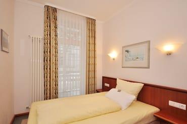 Schlafzimmer-2 mit französischem Bett  in den Maßen 1,40m x 2,00m für 2 Personen und separatem Zugang zum Balkon