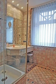 Badezimmer-1 in Antikmarmor mit Dusche und Bidet; mit separatem Zugang vom Schlafzimmer-1