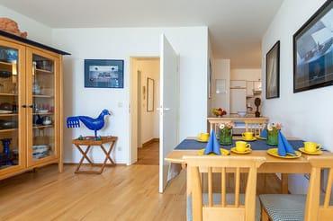 Esstisch mit Küche im Hintergrund