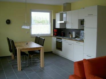 Küche mit Mikrowelle, Geschirrspüler, Gefrierschrank