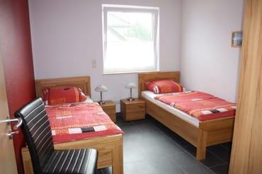 Schlafzimmer mit 2 Einzelbetten und dreitürigem Kleiderschrank