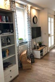 TV und Regal im Wohnraum