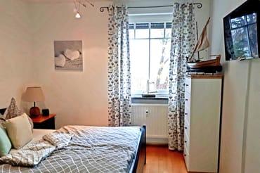 Schlafzimmer mit Fernseher
