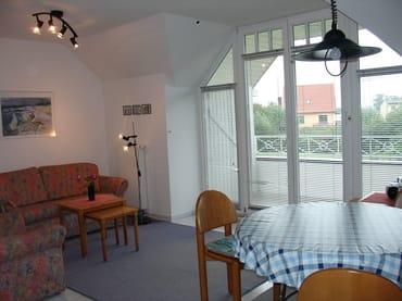 Wohnzimmer, Blick auf Balkon