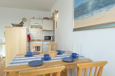 Esstisch mit Blick auf Küchenzeile