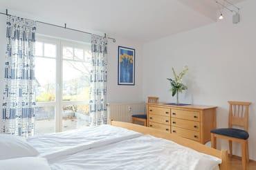 Schlafzimmer mit Doppelbett und Schlafzimmerkommode