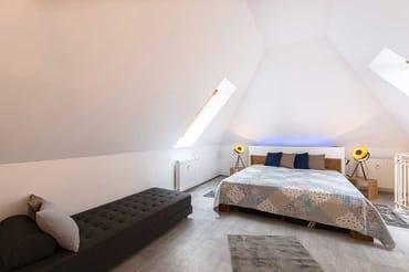 Schlafzimmer mit Doppelbett auf der Galerie