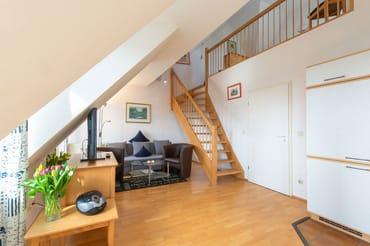 Wohnraum mit Treppe zur Galerie