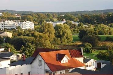 """Ausblick vom Balkon über die Dächer von Sellin - im Hintergrund des Freizeitbad """"Inselparadies"""", nur 1000 m entfernt"""
