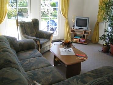 Wohnzimmer mit Ausziehsofa auch als Aufbettung möglich