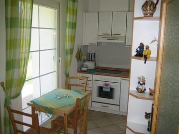 Küche mit Herd,Geschirrspüler,Kühlschrank usw. sowie Sitzecke