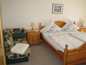 Schlafzimmer mit zusätzlicher Aufbettung