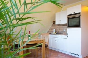 ... und voll ausgestatteter Küche und Essplatz für die gesamte Familie.
