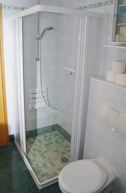 große Duschkabine, fast ebenerdig