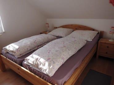 Schlafraum mit Doppelbett und Kleiderschrank