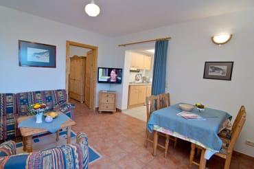Wohnzimmer mit Blick auf die Küchenzeile