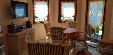 Wohnzimmer mit Essecke und Schlafcouch