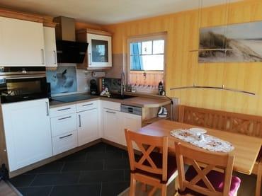 Einbauküche mit Backofen, Ceranfeld und Geschirrspülmaschine