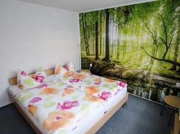 Schlafzimmer mit Doppelbett und Einzelbett. Platz für Babyreisebett vorhanden.