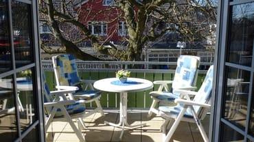 Bequeme Gartenstühle mit verstellbaren Rückenlehnen laden zum Relaxen auf unserer sonnenüberfluteten Hochterrasse ein