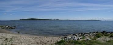 Boddengewässer mit der Insel Vilm
