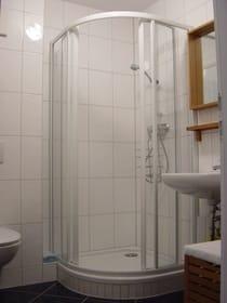 Das Bad hat eine Duschkabine, baden kann man in der Ostsee :-)
