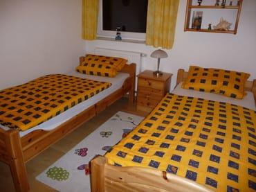 Das separate Kinderzimmer mit zwei Einzelbettten, die bei Bedarf auch zu einem Doppelbett zusammengestellt werden können. am