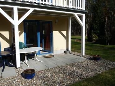 Die Überdachte Terasse der Wohnung liegt direkt gegenüber des gemeinschaftlichen Grillpaltz, der auch unseren Gästen zur Verfügung steht.