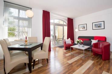Der Eßplatz befindet sich im Wohnzimmer. Auf der bequemen Schlafcouch ist Platz für 2 Personen.