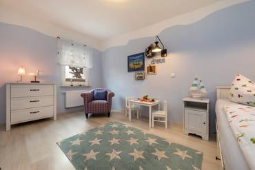 Kinderzimmer: Das Fenster hat ein Verdunkelungsplissee. Für die kleinen Gäste steht eine Spielküche bereit.