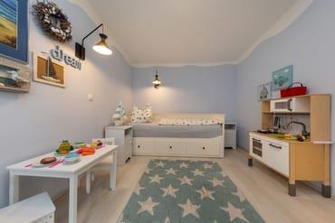 An der Wand über der Kinderküche wurde zwischenzeitlich ein TV-Gerät installiert. Das Bett im Kinderzimmer ist 0,80x2m breit. Bei Bedarf kann es auf doppelte Breite (1,60x2m) ausgezogen werden.