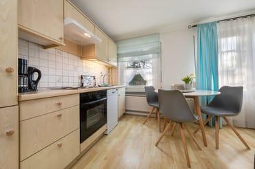 Die Küchenzeile ist komplett ausgestattet mit Geschirrspüler, Kühlgefrierkombination etc.