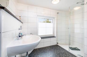 Das Bad mit Echtglasdusche, Fenster ...