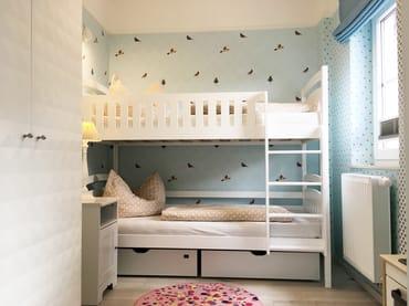 Das Kinderzimmer mit Etagenbett (Liegeflächen 0.80x180m), Kleiderschrank und Raffrollo und Plissee mit Verdunkelungsfunktion.