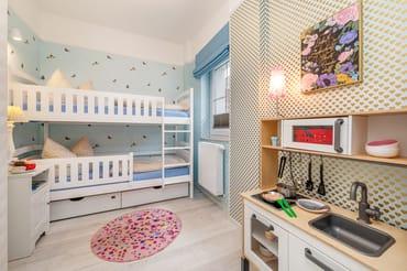 ... Fenster mit Verdunkelungsgardine und Plissee. Der Rausfallschutz im Etagenbett unten kann für größere Kinder auch herausgenommen werden.