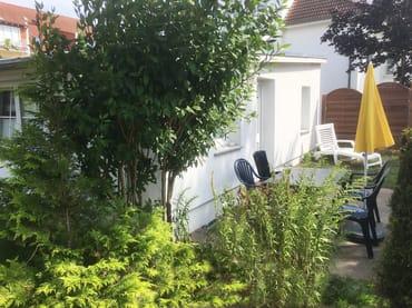Die Ferienwohnung befindet sich in einem Doppelbungalow. Sie hat eine eigene, nach Süden ausgerichtete Terrasse. Stuhlkissen und eine Auflage für die Sonnenliege sind natürlich vorhanden.