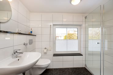 Das schöne Bad bietet Ihnen WC, Echtglasdusche und ein Fenster.