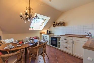 Komfortabel eingerichtete Küche mit Essecke