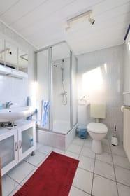 Bad mit Dusche und WC