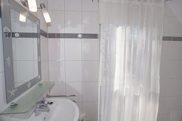 Badezimmer mit Dusche und WC und Tageslicht